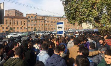 «Ժողովուրդ». Երեկվա ցույցից հետո ԵՊՀ-ում գրավոր նկատողություն են հայտարարել բացականերին