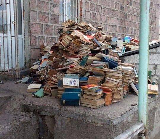 ՖՈՏՈ. Սկանդալ Շիրակի պետհամալսարանում. ռեկտորը գրադարանի գրքերի ոչնչացման մեջ պրիմիտիվորեն մեղադրում է նախկին ռեկտորին. Գ. Համբարյան