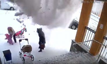 Ձյան հսկայական կույտը թափվել է երկու կանանց և 1.5 տարեկան երեխայի վրա: Տեսանյութը հրապարակել է ՌԴ Քննչական կոմիտեն
