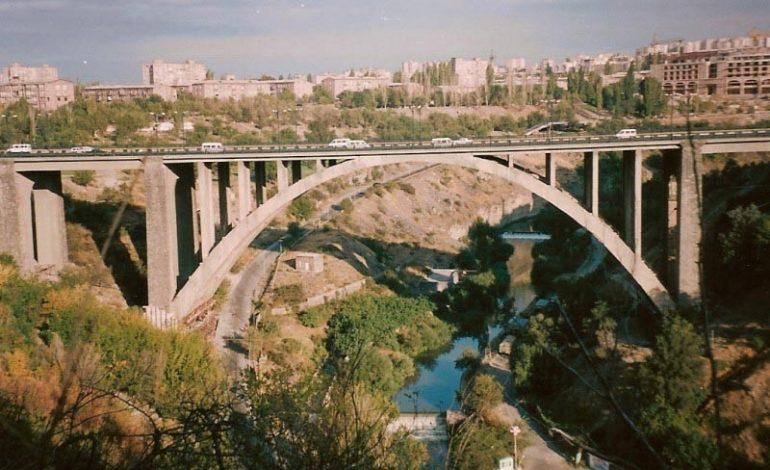 Անցորդները կանխել են 23-ամյա քաղաքացու ինքնասպանության փորձը Կիևյան կամրջից