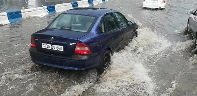 ՖՈՏՈ. Ծովակալ Իսակովի պողոտան հորդառատ անձրևից հետո