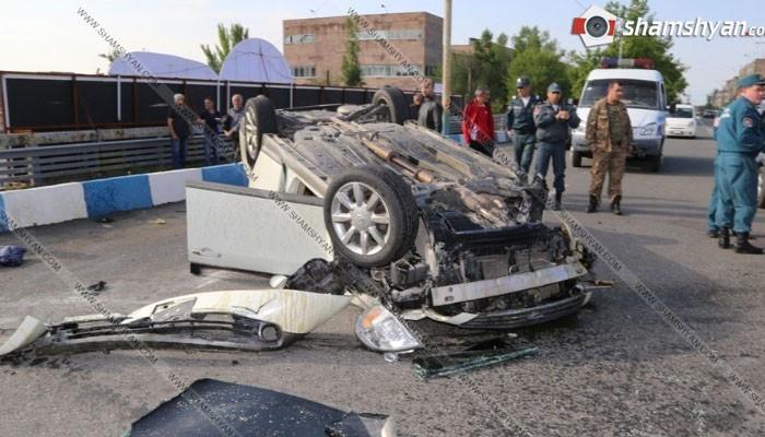 ՖՈՏՈ. Խոշոր ավտովթար Երևանում. Վերջին զանգի արարողությանը մասնակցող վարորդը և ուղևորը հոսպիտալացվել են