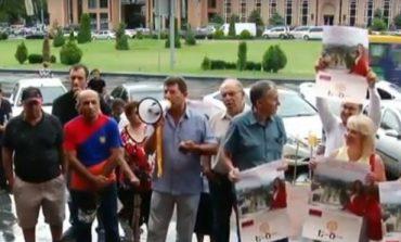 Ուղիղ միացում. Զարուհի Փոստանջյանի աջակիցները հավաքվել են քաղաքապետարանի դիմաց