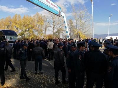 Ձերբակալված ոստիկանների հարազատները փակել էին Երեւան–Սեւան ճանապարհը