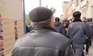 ՏԵՍԱՆՅՈՒԹ. Լարված իրավիճակ  Էջմիածնում. ոստիկանները պատ են կազմել