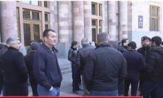 ՈՒղիղ. Դատապարտյալները հացադուլ են հայտարարել,  հարազատները կառավարության շենքի մոտ են
