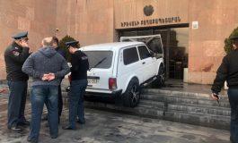 ՏԵՍԱՆՅՈՒԹ. Անհայտ անձը մեքենայով փորձել է մտնել քաղաքապետարանի շենք