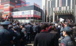 Ուղիղ. «Սպայկա»-ի աշխատակիցները փակել են Տիգրան Մեծի պողոտան. քաշքշուկ նրանց եւ ոստիկանների միջեւ