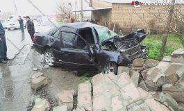 ՖՈՏՈ. 22-ամյա վարորդը Mercedes-ով բախվել է քարե պարսպին ու դարպասին և փլուզել այն. վարորդի դին ավտոմեքենայից դուրս են բերել փրկարարները