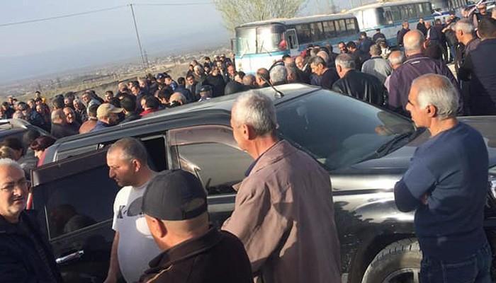 «Արարատցեմենտ»-ի աշխատողները բողոքի ակցիա են անում, վարկերի տակ կքած մարդիկ կանգնած են աշխատանքը կորցնելու առաջ