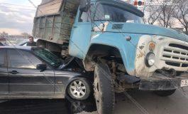 ՖՈՏՈ. Կասկադյորական վթար Երևանում. 47–ամյա վարորդը BMW-ով մխրճվել է բեռնատար ЗИЛ-ի մեջ, ЗИЛ-ը մասամբ օդ է հանել. կան վիրավորներ