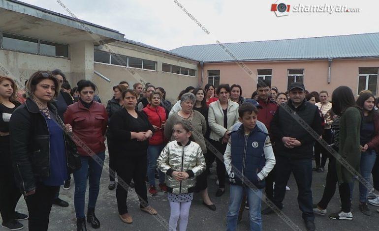ՖՈՏՈ. Լարված ու պայթյունավտանգ իրավիճակը Կոտայքի մարզի Արամուսի դպրոցում պահպանվում է. դպրոցի տնօրենը «սպառնում է КГБ-ով»