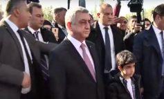 ՏԵՍԱՆՅՈՒԹ. Սերժ Սարգսյանը թոռնիկի հետ այցելեց Ծիծիռնակաբերդի հուշահամալիր