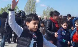ՏԵՍԱՆՅՈՒԹ. «Թալեաթի մահը». հայ փոքրիկը Ծիծեռնակաբերդում երգում է
