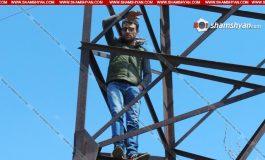 ՖՈՏՈ. Երևանում երիտասարդ տղան, ի նշան բողոքի, բարձրացել էր բարձրավոլտ էլեկտրալարերի սյան վրա և սպառնում էր լարերը կտրել.