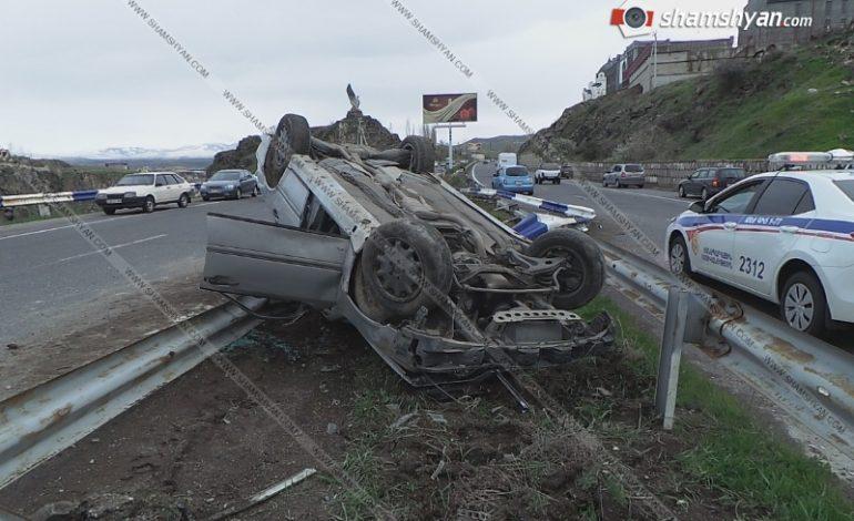 ՖՈՏՈ. Խոշոր ավտովթար Երևան-Սևան ճանապարհի՝ «Արծվի թևերի» մոտ. 26-ամյա վարորդը Mercedes-ով մոտ 100 մետր տապալել է երկաթե արգելապատնեշն ու գլխիվայր շրջվել
