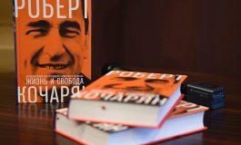 «Հրապարակ». Ռոբերտ Քոչարյանի գիրքը՝ Ստեփանակերտի «Արմենիա» հյուրանոցի նախասրահում