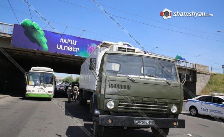 ՖՈՏՈ. ՊՆ համարանիշներով КамАЗ-ը բախվել է գովազդային ցուցանակ տեղադրող ավտոմեքենային. քաղաքացին մի քանի մետր բարձրությունից ընկել է