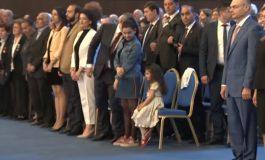 ՏԵՍԱՆՅՈՒԹ. Ինչպես է ՀՀ հիմնի ժամանակ Նիկոլ Փաշինյանը դստերը՝ Արփիին, հուշում ոտքի կանգնել