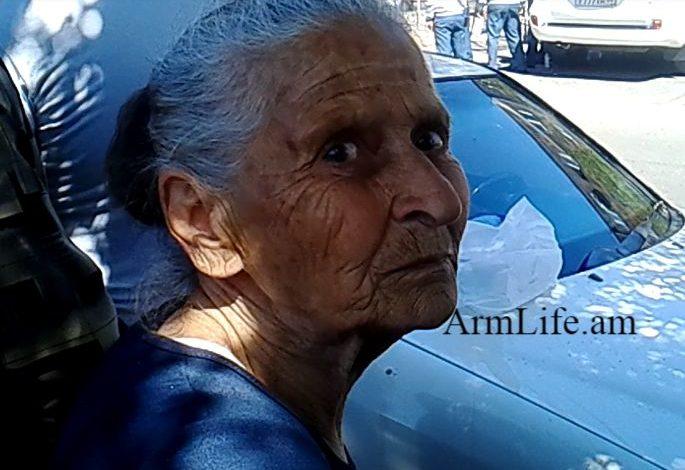 ՏԵՍԱՆՅՈՒԹ. Հեղափոխական Լեյլա տատիկը դատարանում մասնակցում է Ռոբերտ Քոչարյանի դեմ իրականացվող ակցիային