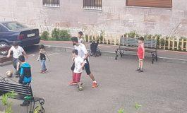 ՏԵՍԱՆՅՈՒԹ. Ֆուտբոլիստ Արաս Օզբիլիսը բակի երեխաների հետ ֆուտբոլ է խաղացել