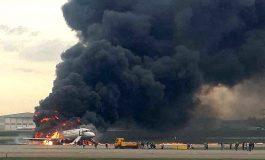 ՏԵՍԱՆՅՈՒԹ. Ինչպես են օդանավակայանի աշխատակիցները ծիծաղում այրվող ինքնաթիռի վրա