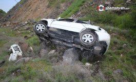ՖՈՏՈ. Կոտայքի մարզում 30-ամյա վարորդը Nissan-ով բախվել է երկաթե արգելապատնեշներին, 150 մետր մի քանի պտույտ գլորվելով՝ կողաշրջված հայտնվել ձորում
