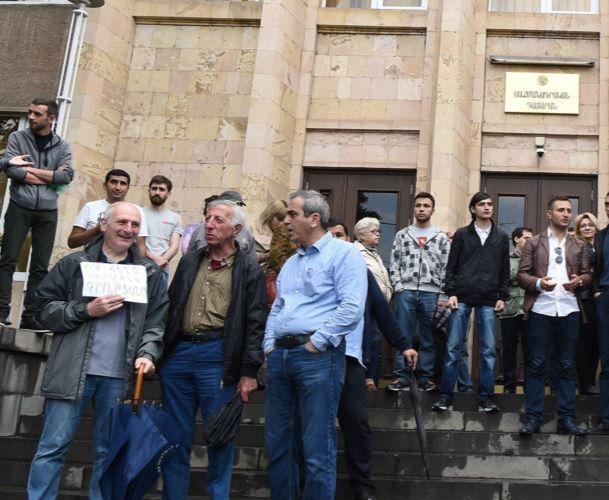 Հարցվածների մեծ մասը կարծում է, որ արդարացված էր դատարանների մուտքերն ու ելքերն արգելափակելու վարչապետի կոչը