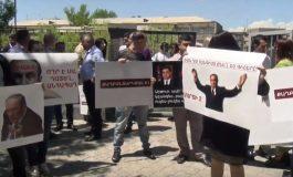 ՈՒՂԻՂ. Ռոբերտ Քոչարյանի աջակիցները դատարանի բակում են