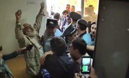 ՏԵՍԱՆՅՈՒԹ. Քոչարյանի աջակիցները հարվածեցին և խլեցին ակտիվիստ Վարդգես Գասպարիի պաստառը