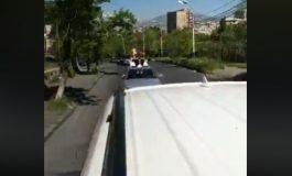 ՏԵՍԱՆՅՈՒԹ. Քոչարյանի աջակիցները` մի քանի ավտոմեքենայով ու ավտոերթով եկել են դատարան