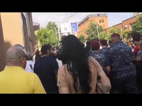 ՏԵՍԱՆՅՈՒԹ. Վիճաբանություն և լարվածություն Քոչարյանի կալանավորումը պահանջողների ու ոստիկանության միջև