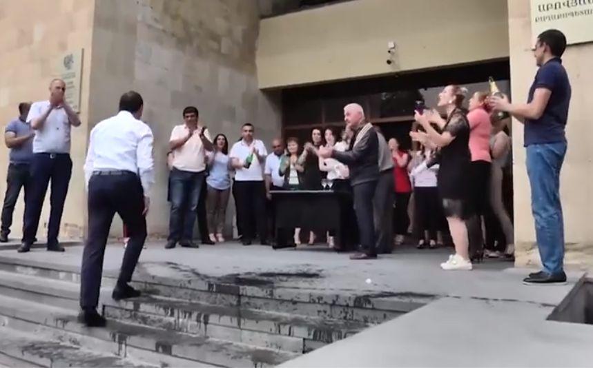 ՏԵՍԱՆՅՈՒԹ. Աբովյանի վերընտրված քաղաքապետ Վահագն Գևորգյանին շամպայնով են դիմավորել