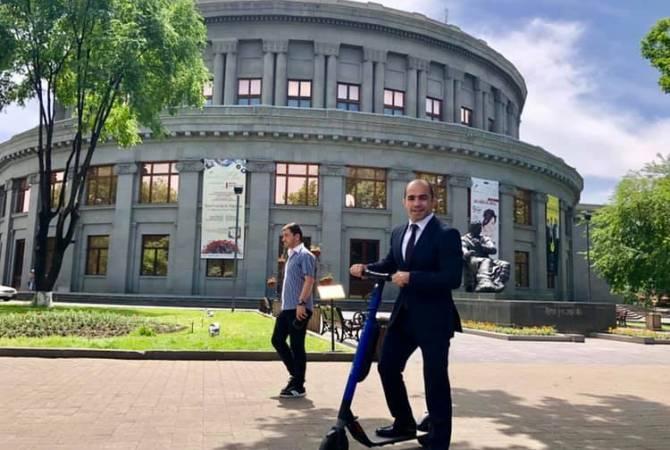 Պատգամավոր Արսեն Ջուլֆալակյանը Երևանում շրջում է էլեկտրական սկուտերով