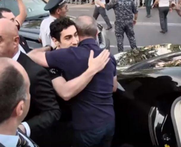 ՏԵՍԱՆՅՈՒԹ. Ռոբերտ Քոչարյանը հրաժեշտ տվեց որդուն՝ Լևոն Քոչարյանին, ապա նստեց մեքենան ու մտավ ԱԱԾ շենքի տարածք