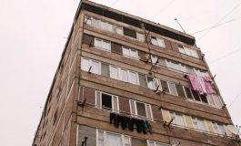 Երևանի Բաղյան փողոցի շենքերից մեկի բնակիչը վնասել է երակները և ցանկանում է նետվել պատշգամբից