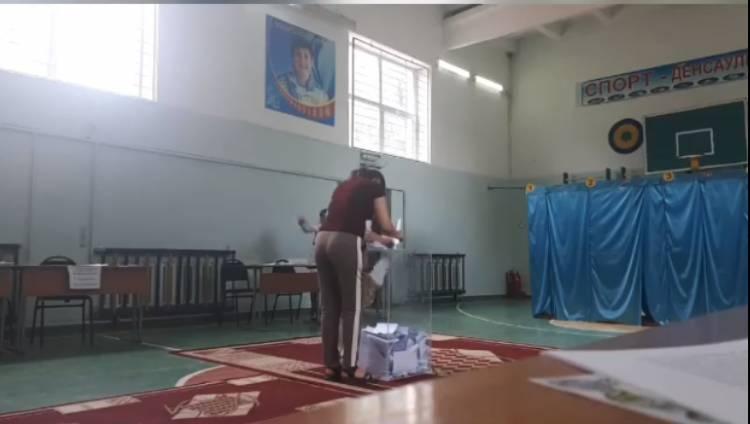 ՏԵՍԱՆՅՈՒԹ. Քվեատուփին մոտեցել են անձինք՝ մի քանի քվեաթերթիկներով