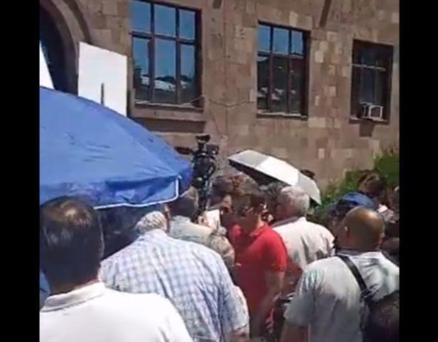 ՏԵՍԱՆՅՈՒԹ. Քաշքշուկ Ռոբերտ Քոչարյանի աջակիցների և Սասնա Ծռերի կողմնակիցների միջև դատարանի առաջ