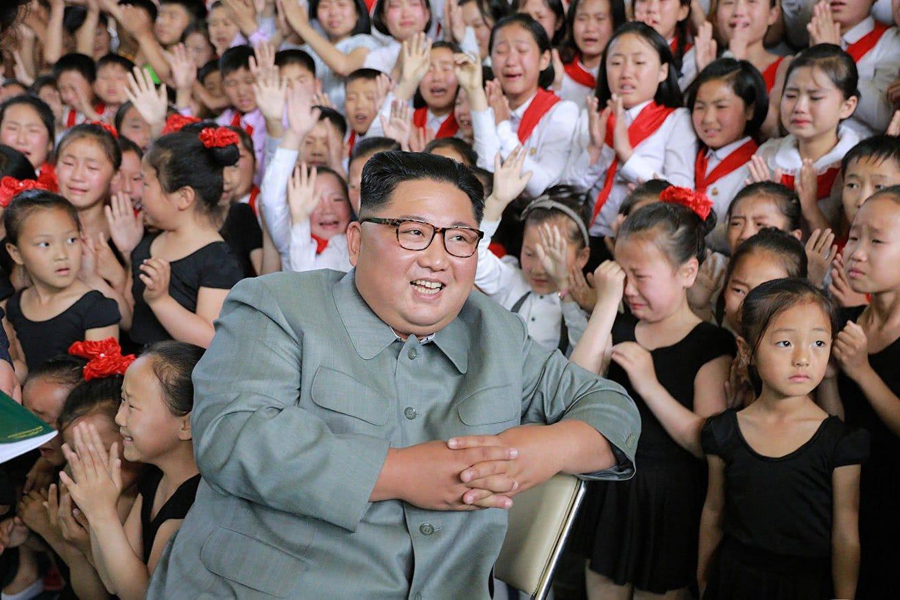 Երեխաներով շրջապատված Կիմ Չեն Ընի լուսանկարը ցնցել է աշխարհը