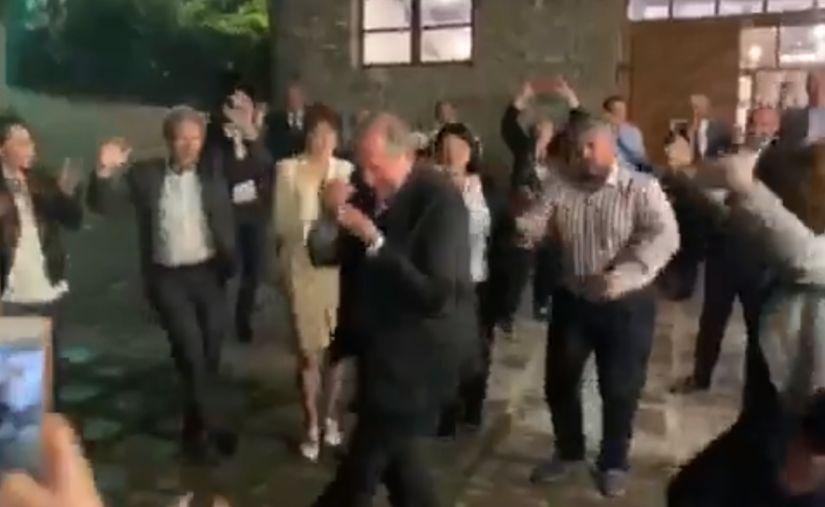 ՏԵՍԱՆՅՈՒԹ. Արմեն Սարգսյանը Դիլիջանում պարել է օտարերկրացի հյուրերի հետ