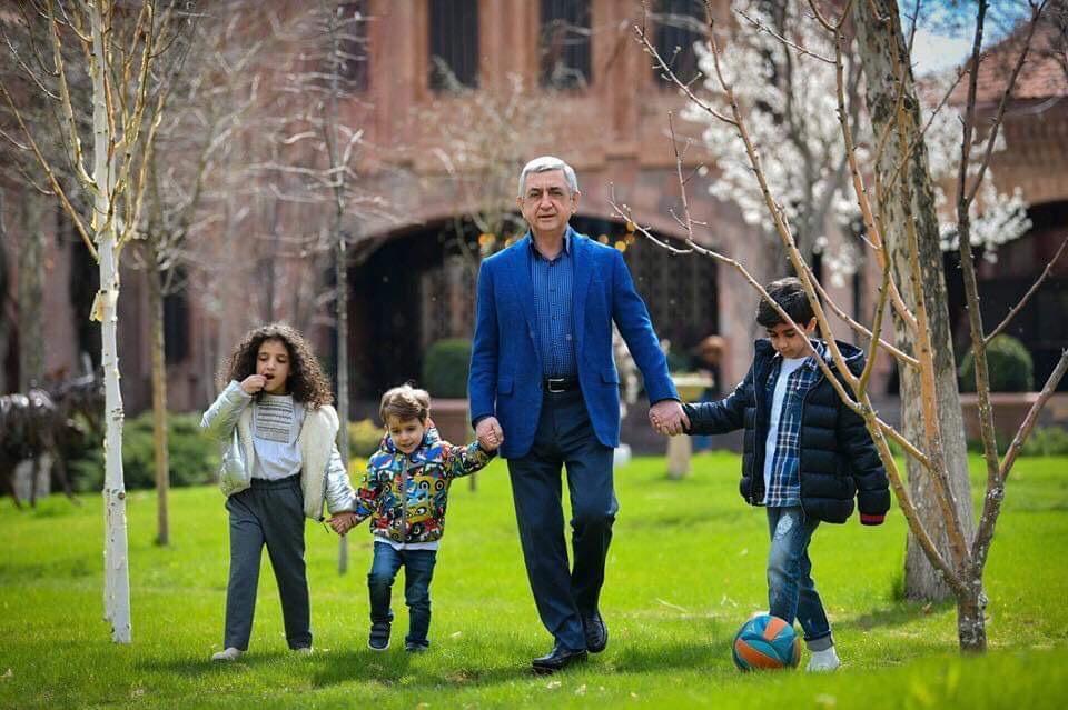 Սերժ Սարգսյանը թոռնիկների հետ նոր լուսանկարներ է հրապարակել
