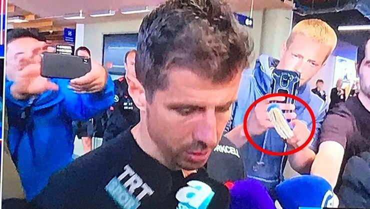 Լրագրողը թուրք ֆուտբոլիստի առաջ միկրոֆոնի փոխարեն զուգարանի խոզանակ է պարզել