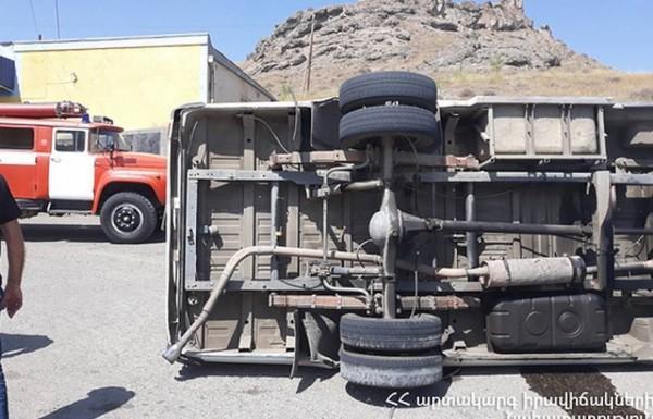 Դիզվառելիք տեղափոխող բեռնատարը Օձունի մոտ շրջվել է. կան հիվանդանոց տեղափոխվածներ