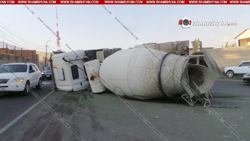 ՖՈՏՈ. Խոշոր ավտովթար Երևանում. հեռուստաաշտարակի հարևանութամբ Skania մակնիշի ցեմենտ տեղափոխող բեռնատարը կողաշրջվել է
