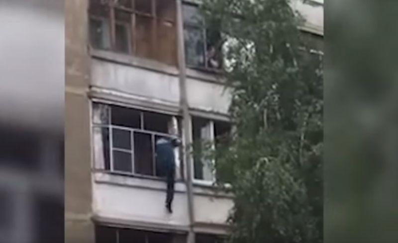 ՏԵՍԱՆՅՈՒԹ. Ինչպես է հարբած հայրը փորձում երեխային վայր գցել բազմահարկ շենքի պատուհանից