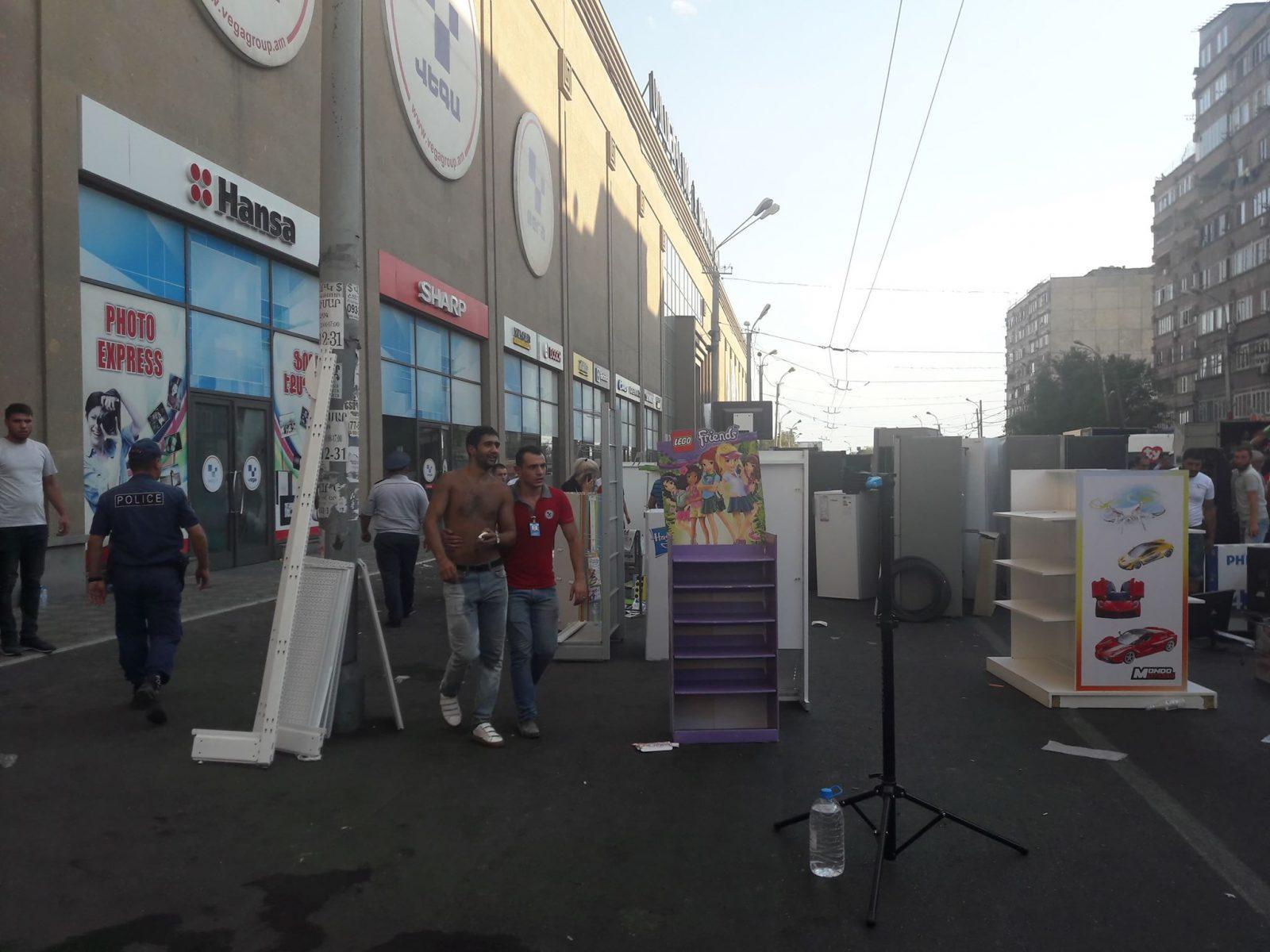 ՖՈՏՈՇԱՐՔ. Ինչպես են Սամվել Ալեքսանյանի հրահանգից հետո աշխատողները ծխահարվելով տարհանում ապրանքները