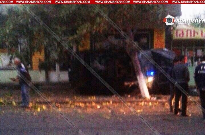 ՖՈՏՈ. Խոշոր ավտովթար Արագածոտնի մարզում. 23-ամյա վարորդը BMW-ով Աշտարակում բախվել է խանութի պատին և կողաշրջվել. կան վիրավորներ