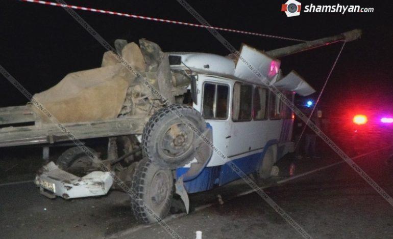 ՖՈՏՈ. 1 զոհ, 14 վիրավոր. ՊԱԶ ավտոբուսը մխրճվել է վթարի ենթարկված ԿԱՄԱԶ-ին կցված թնդանոթի մեջ