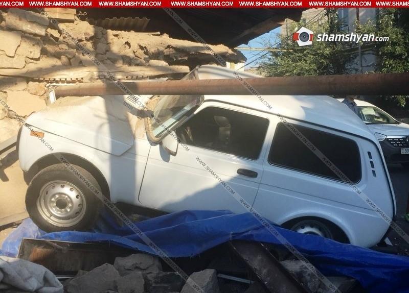 ՖՈՏՈ. Կասկադյորական վթար Երևանում. 19-ամյա վարորդը Նիվայով մխրճվել է բնակելի տան մեջ. կա վիրավոր