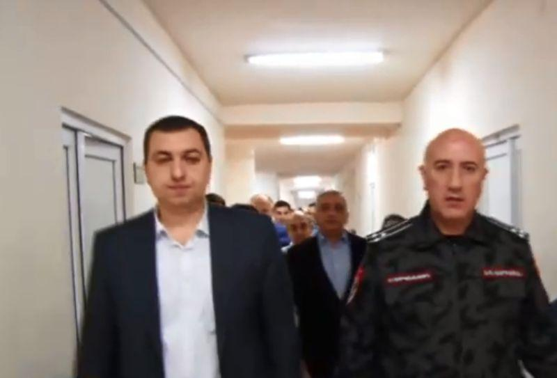 ՏԵՍԱՆՅՈՒԹ. ՀՀ ոստիկանապետի ժամանակավոր պաշտոնակատար Արման Սարգսյանն այցելում է վիրավորում ստացած ոստիկանին